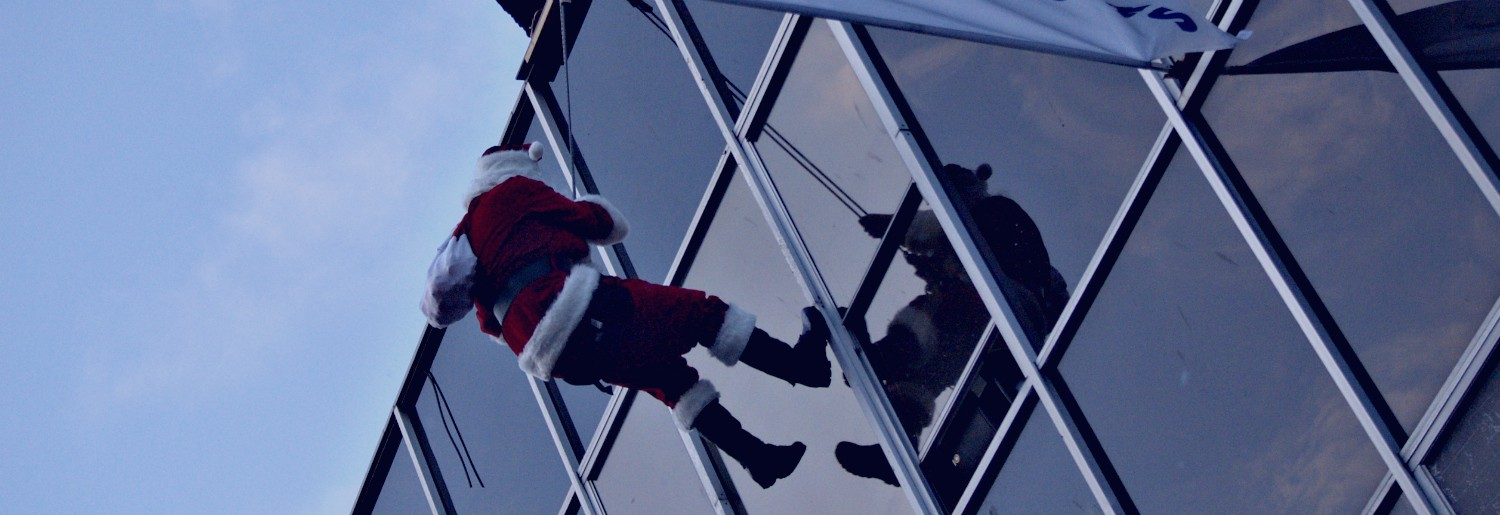 Santa Abseils down Great Outdoors!